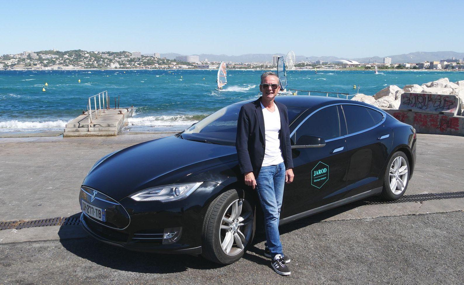 Supir Taksi Ini Menggunakan Tesla Hingga Lebih Dari 300 Ribu Km
