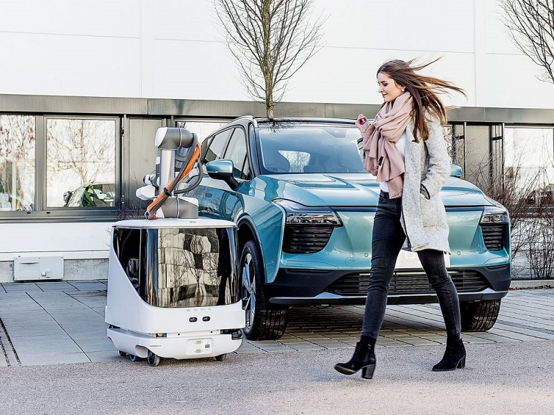 Robot buatan Aiways yang bisa mengisi daya mobil listrik