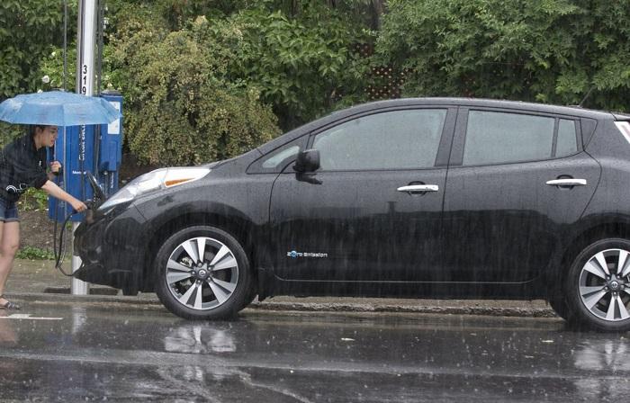 Mengecas mobil listrik saat hujan