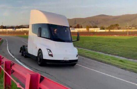 Video : Truk Tesla Semi Sedang Dites Di Sirkuit