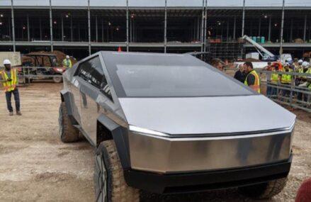 Ketika Elon Musk Bawa Cybertruck Ke Proyek Pembangunan Pabrik Tesla